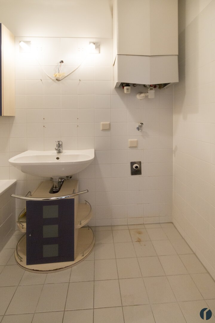 Badezimmer mit Badewanne und Waschmaschinenanschluss