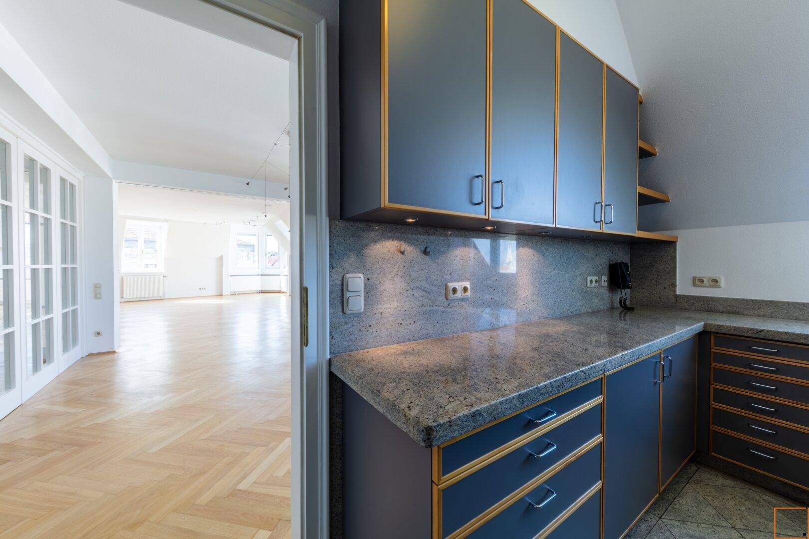 Blick von der Küche in den Wohnsalon