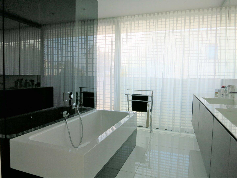 Master Badezimmer mit Dusche und Wannenbad