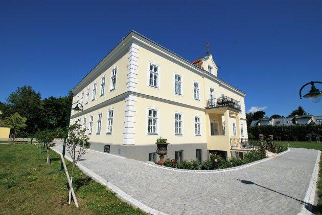 EXKLUSIVES WOHNEN - ca. 136 m² - 4-Zimmer - Markenküche - PKW-Stellplatz - großer Garten