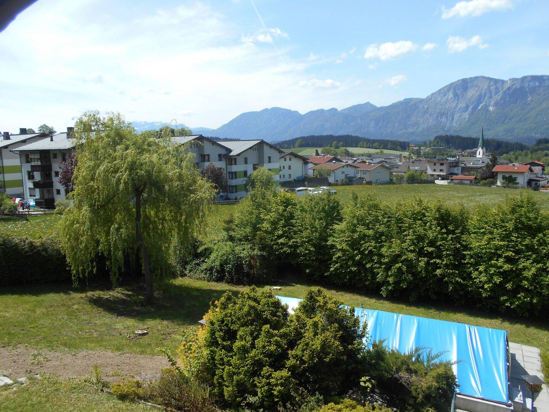 Blick in den Garten mit Pool + Aussicht