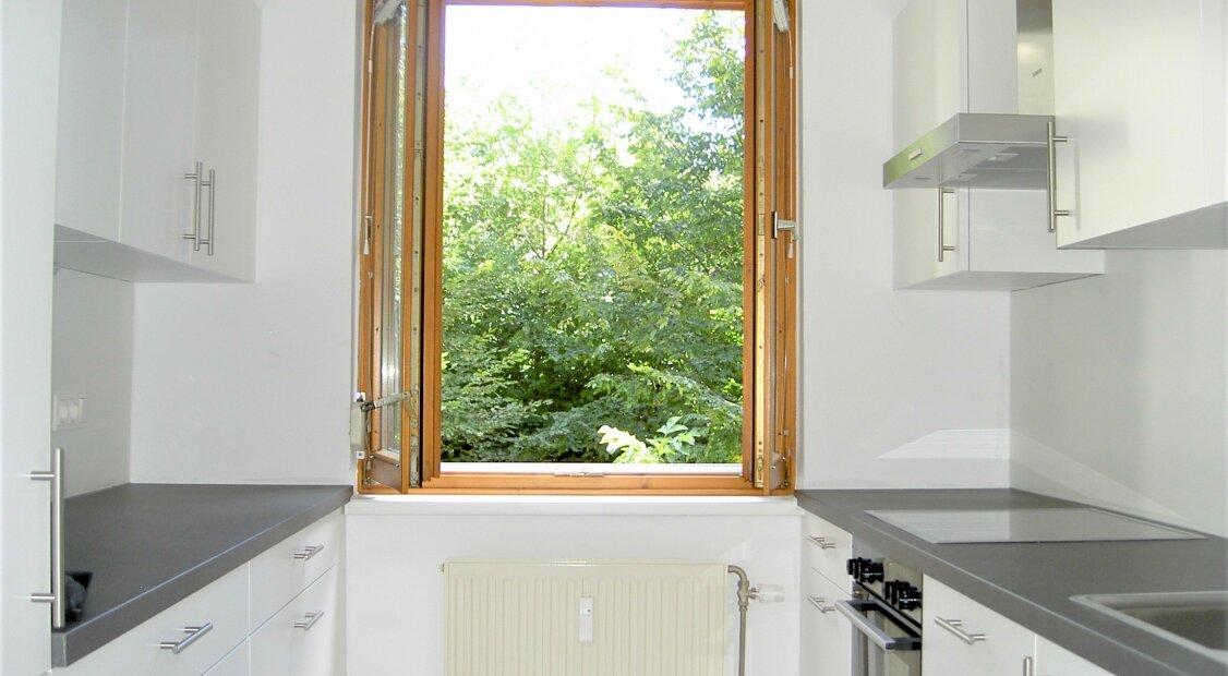 WOHNEN IN ABSOLUTER RUHELAGE MIT BLICK INS GRÜNE - 62 m² WOHNUNG -  SÜDBALKON - EINBAUKÜCHE  U4 NÄHE