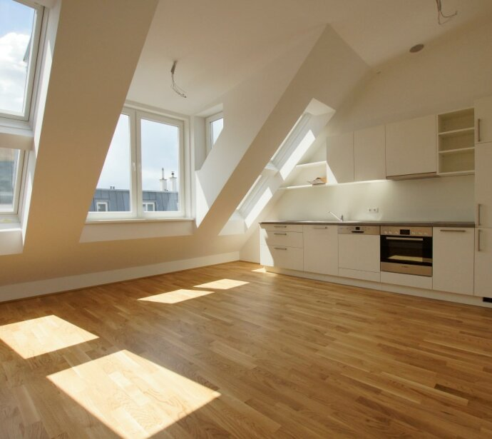Erstbezug: Sonnige Dacheschosswohnung in Topausstattung - Gepflegtes Altbauhaus