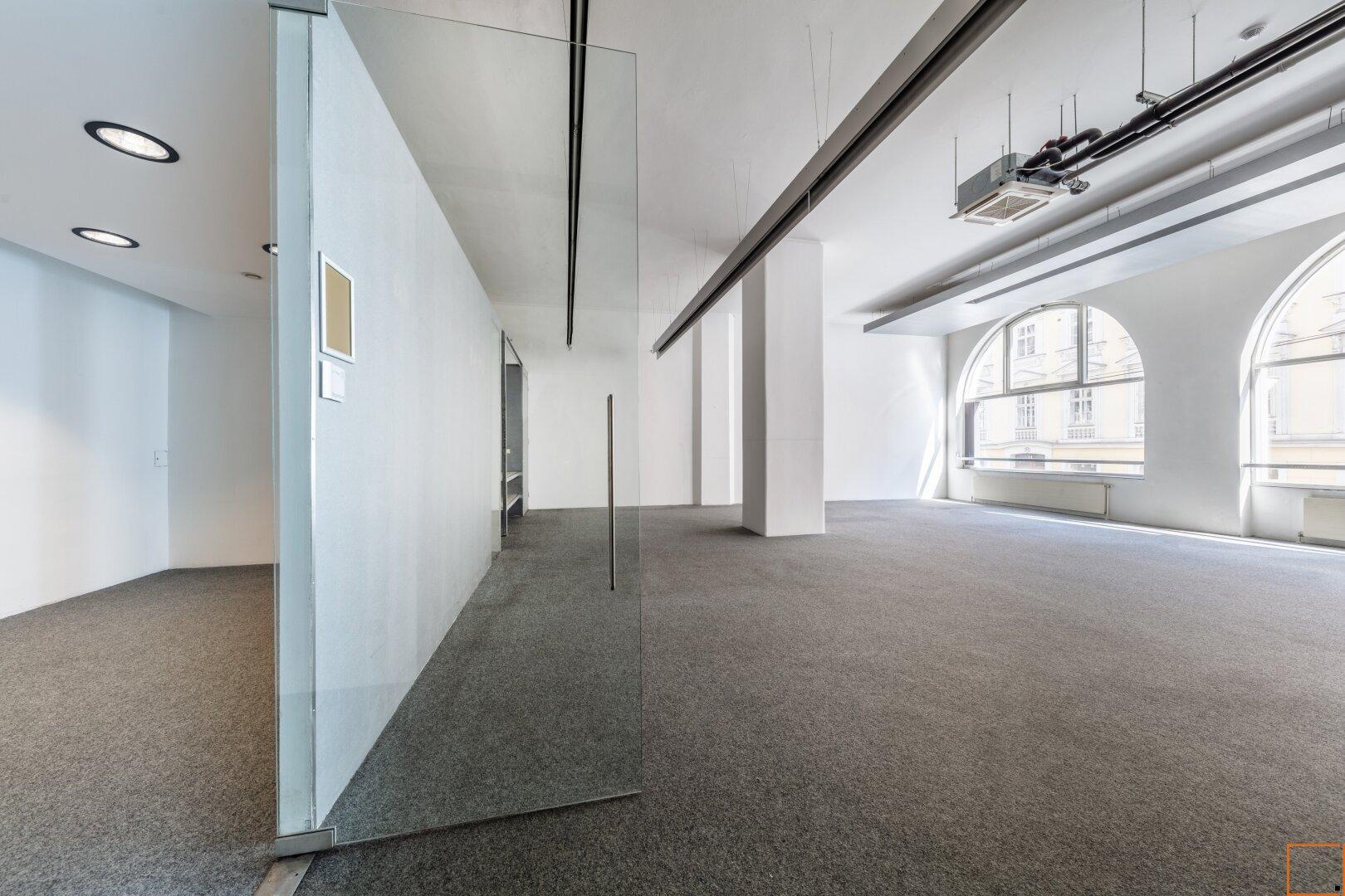 Großraumbüro mit separatem Besprechungszimmer