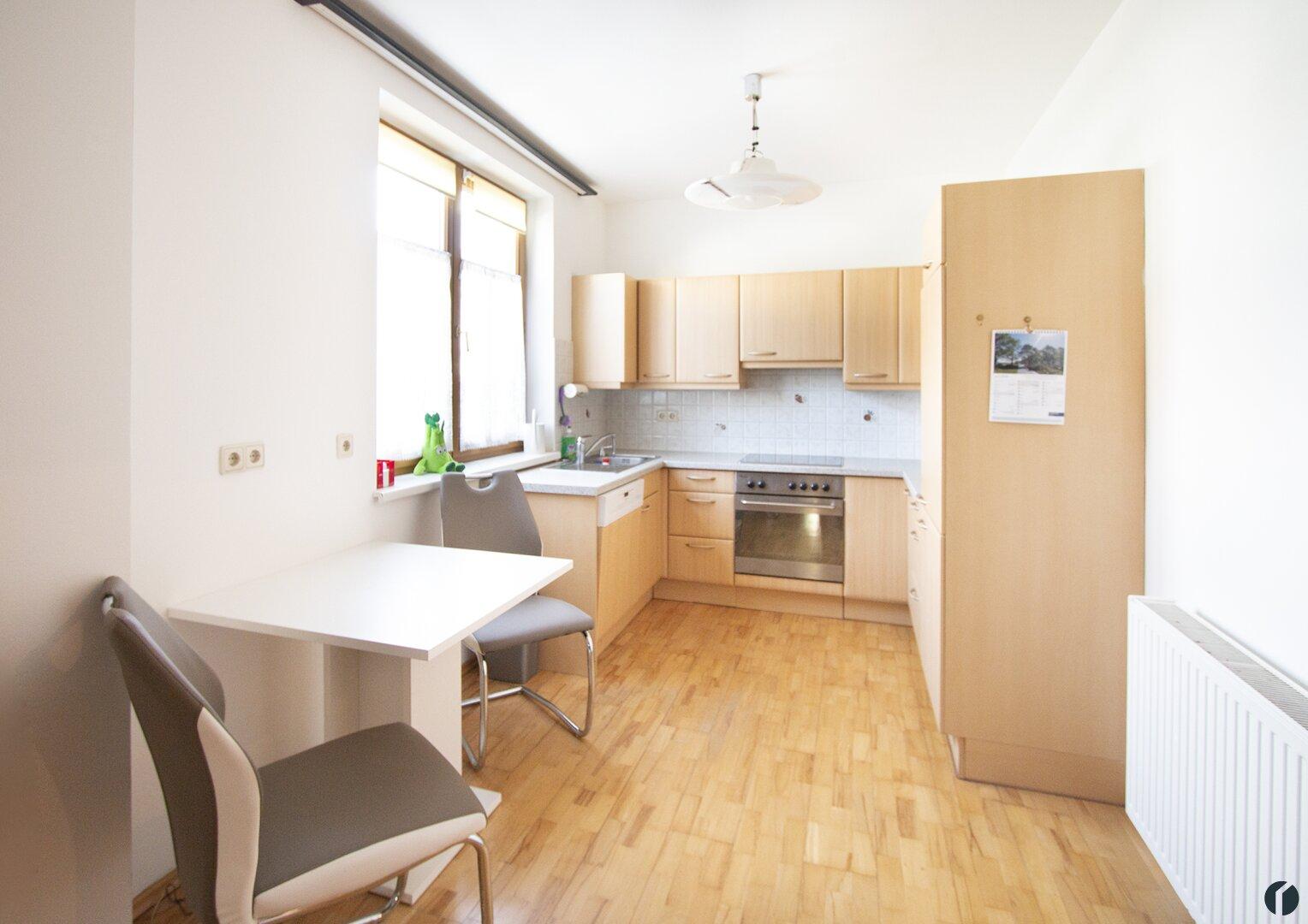 Küche möbliert mit kleinem Essplatz