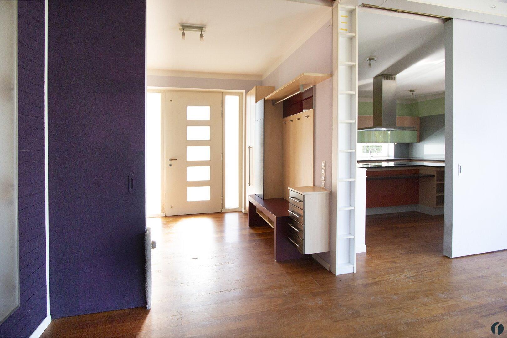 Blick zum Eingangsbereich mit halboffenen Schiebewänden