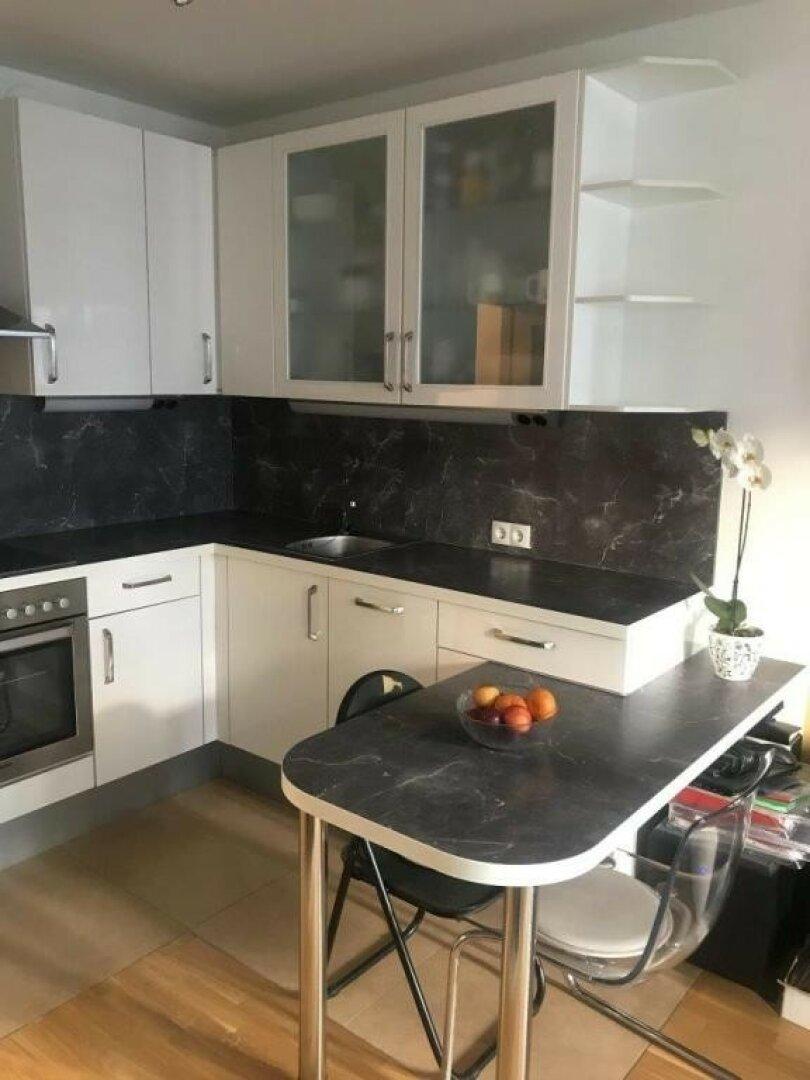 Moderne Küche mit Barelement