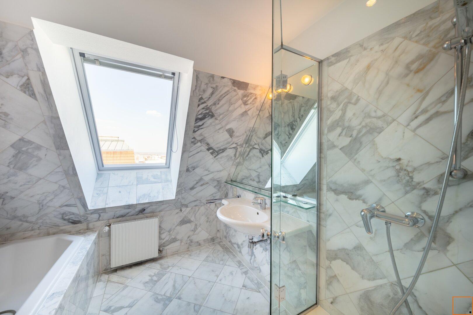 Badezimmer mit Fenster, Dusche, Badewanne und WC