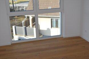 Sonniger Erstbezug 3 Zimmerwohnung mit Balkon und 2 KFZ Stellplätze