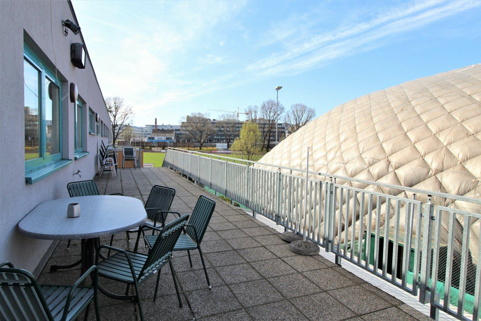 Terrasse beim Tennisplatz