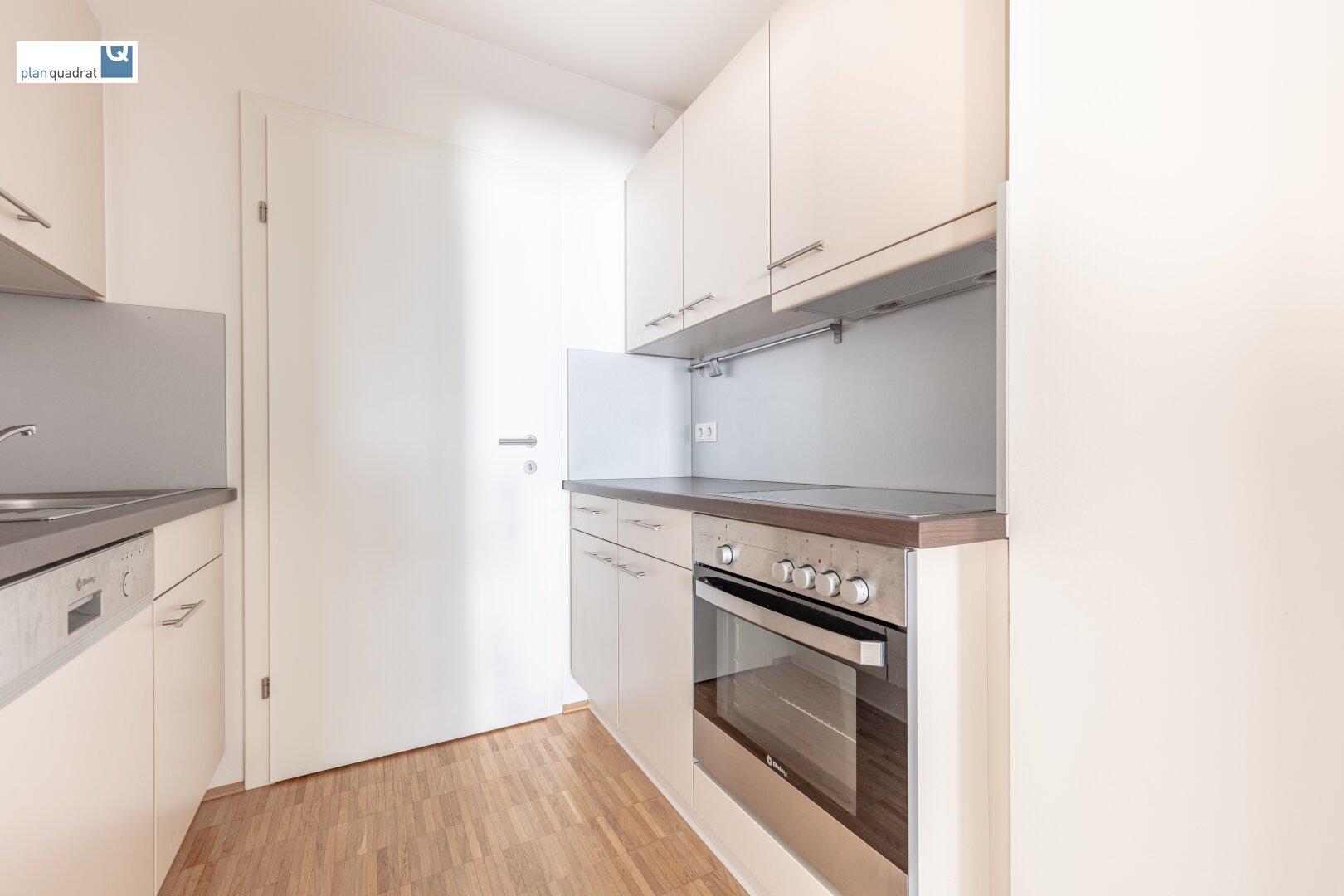 Küche (ca. 4,30 m²) mit Zugang zum Abstellraum