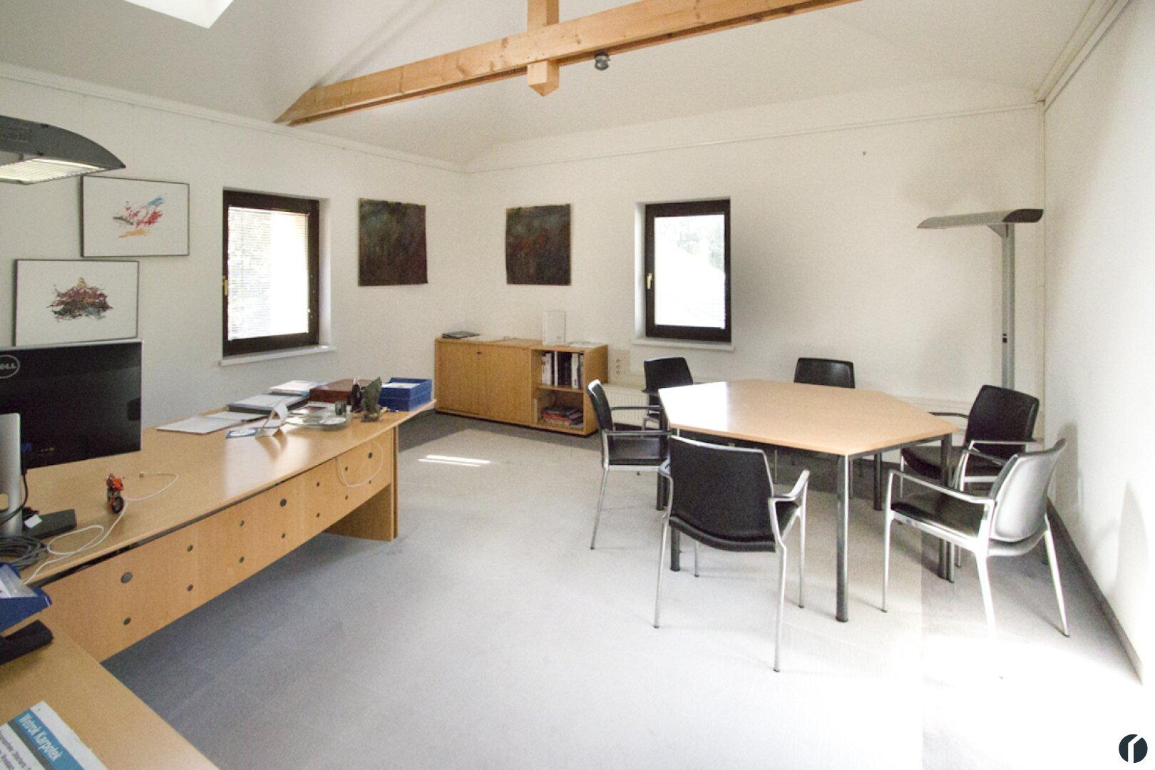 Büro mit Besprechungstisch im OG