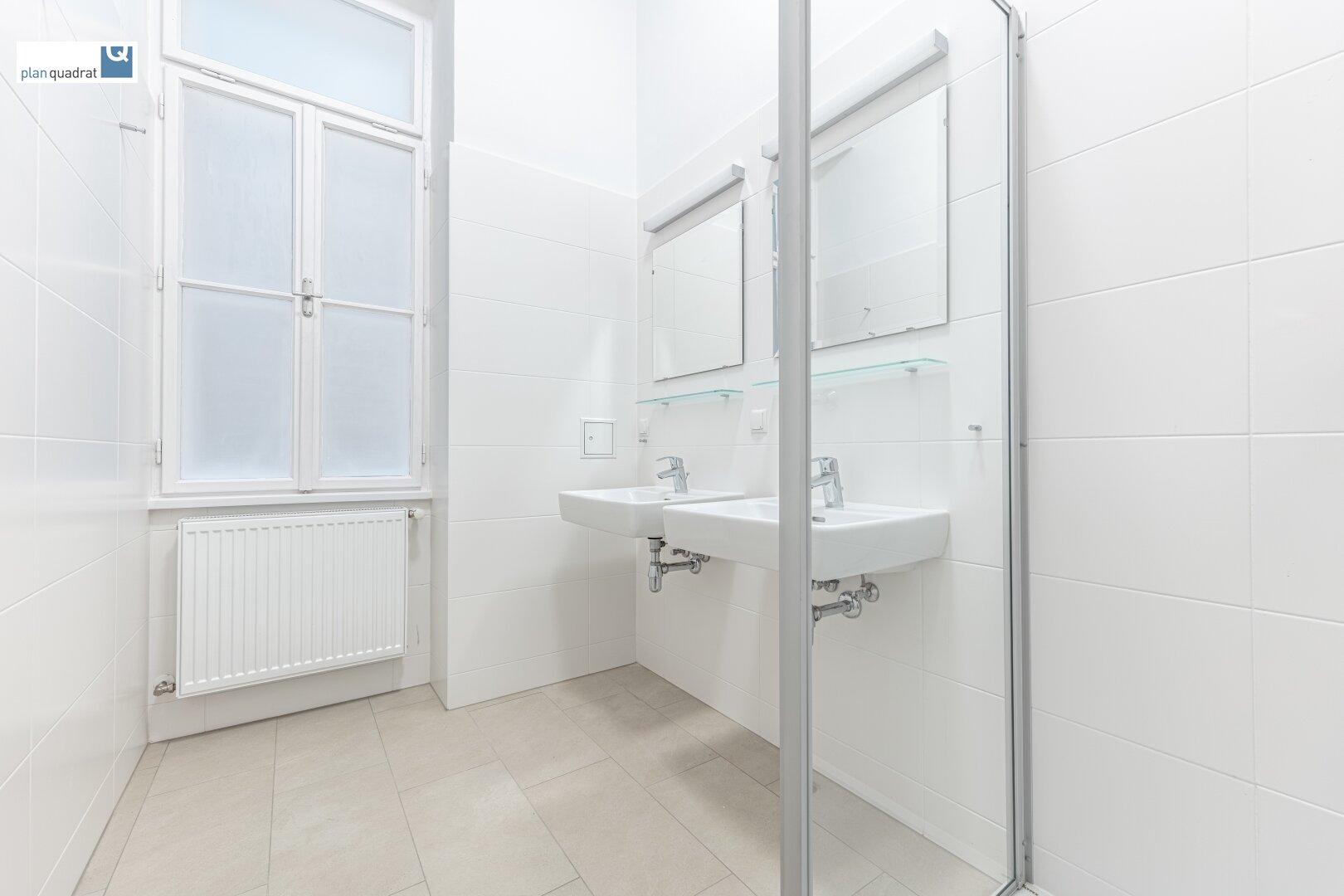 Badezimmer (mit Dusche und zwei Waschbecken)
