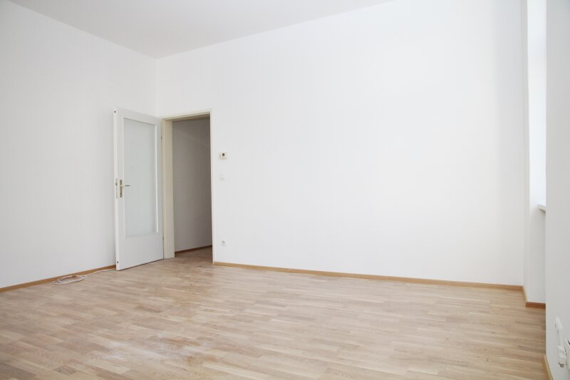 Klopstockgasse! BARRIEREFREI, HELL, RUHIG, SANIERT, Wohnzimmer mit 4 Fenstern, 2 Zimmer-Wohnung /  / 1170Wien / Bild 2