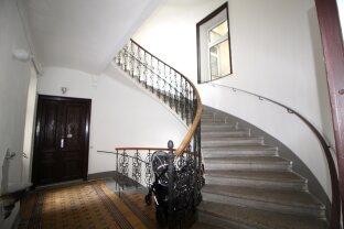 renovierungsbedürftige Altbauwohnung  - in renoviertem Gründerzeithaus