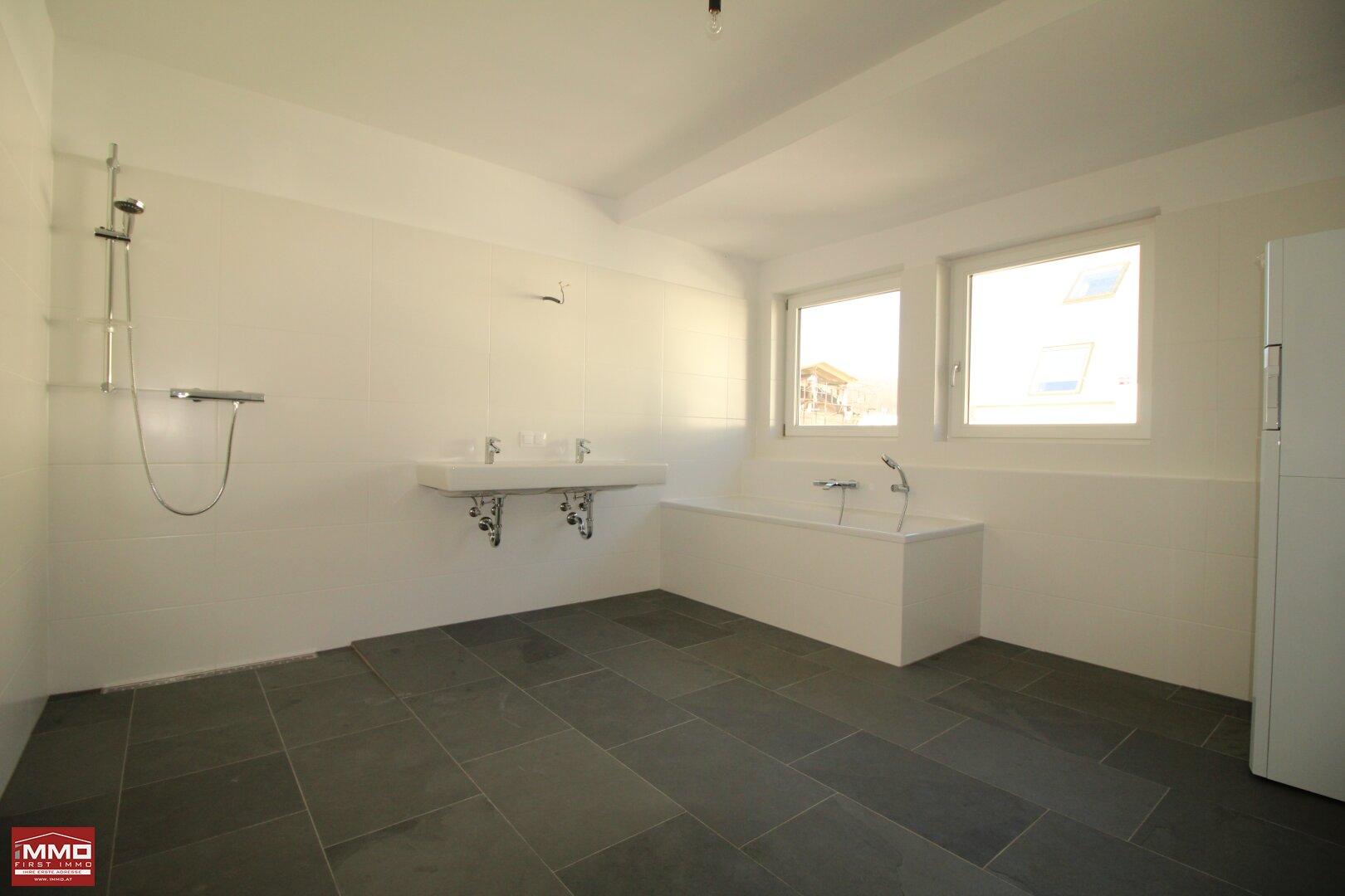 Tageslichtbadezimmer mit Dusche und Badewanne