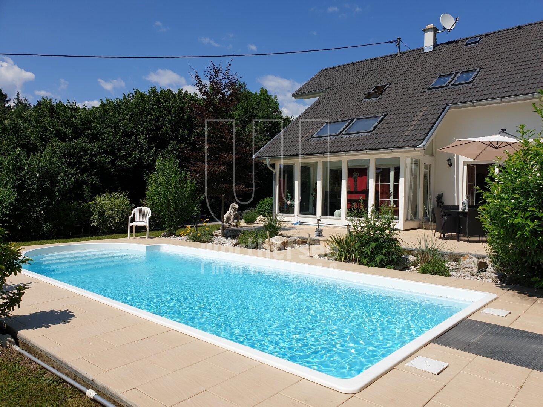 zum Genießen: Pool und Wintergarten