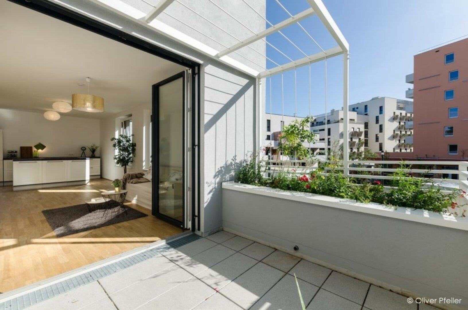 Balkon mit Blick ins Wohnzimmer