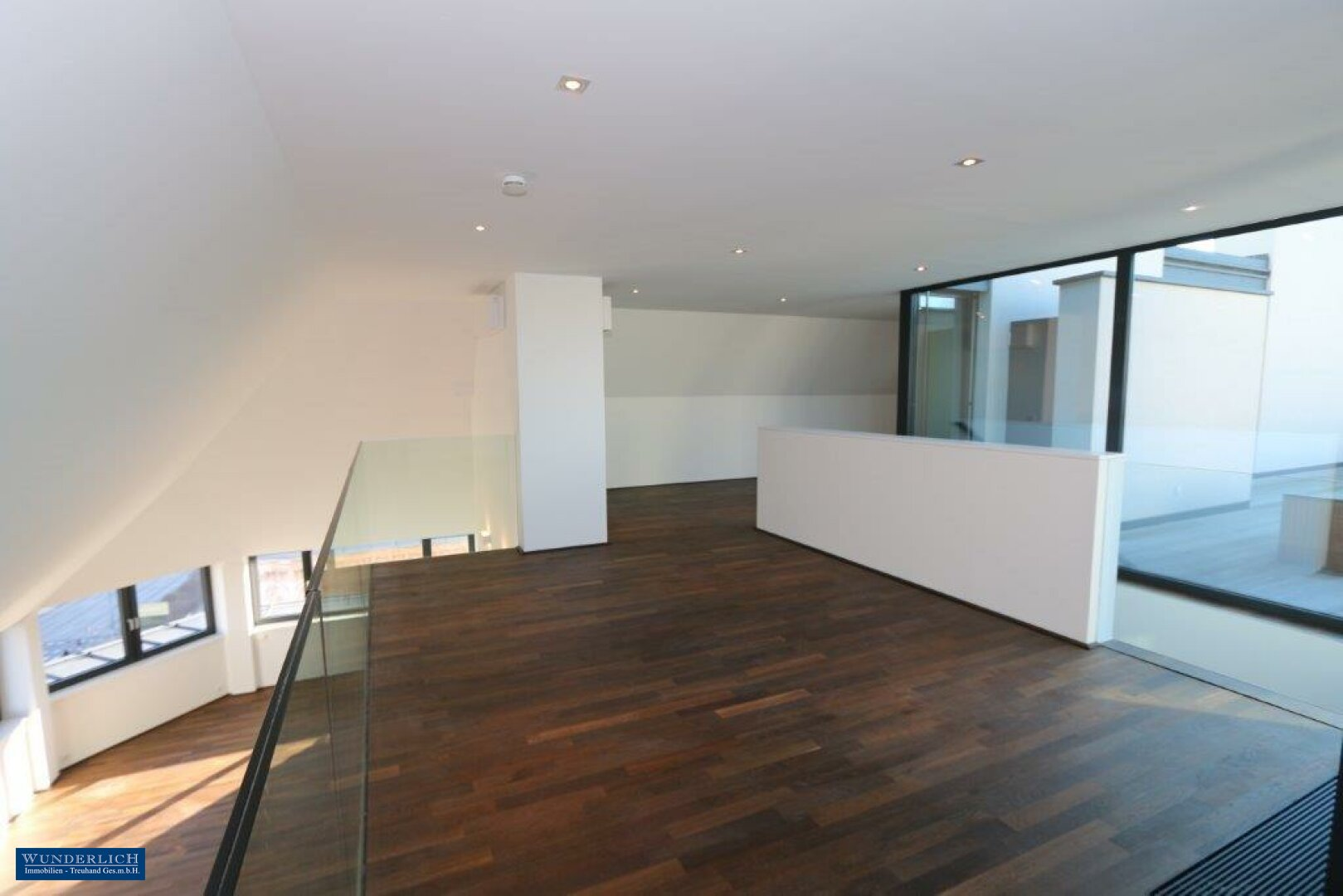 Blick v. Galerie z. Wohnsalon
