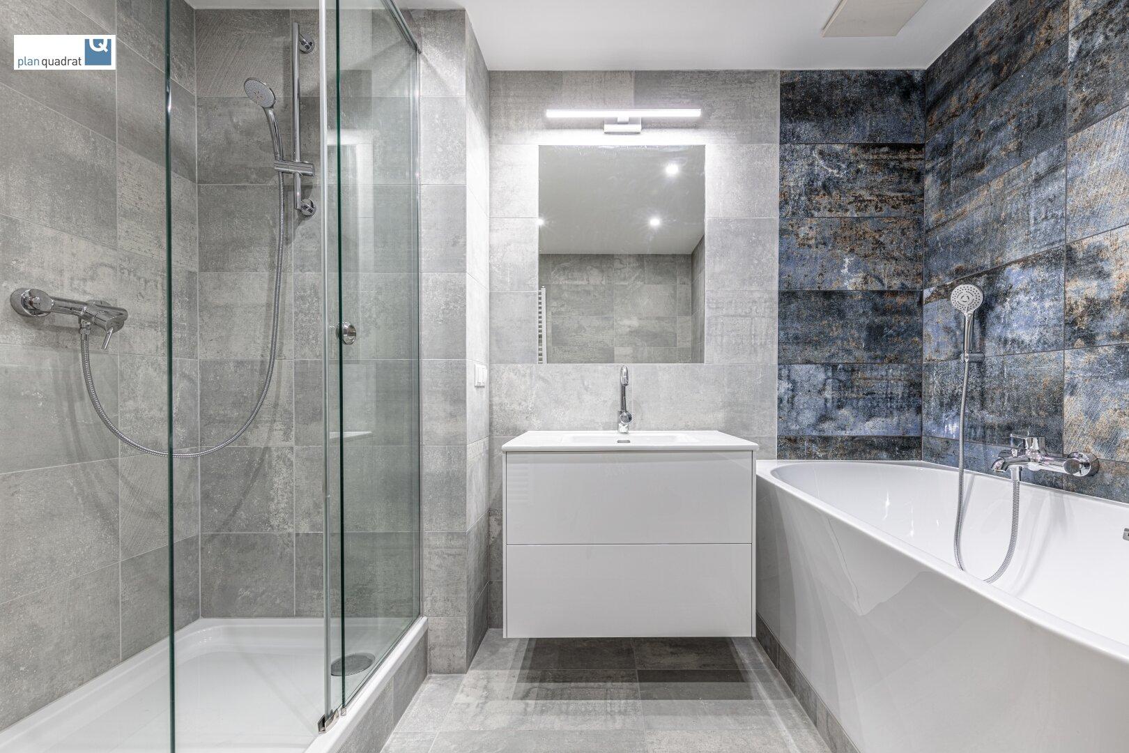 Badezimmer (ca. 6,80 m²) mit Badewanne, Dusche und Wa-Ma-Anschluss