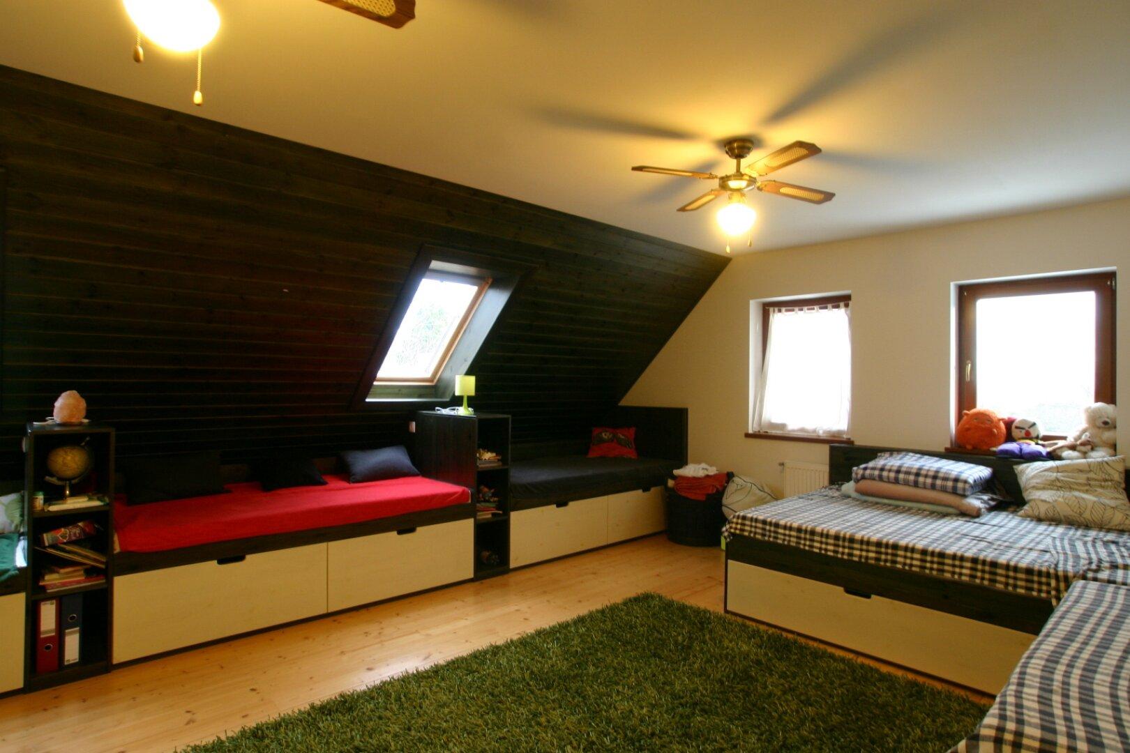 Schlafzimmer mit massgefertigten  Betten