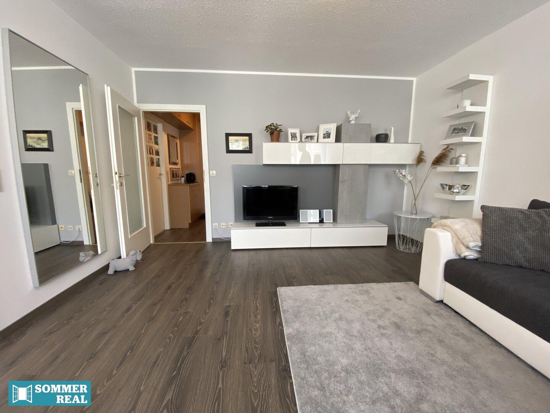 Wohnzimmer mit Blick in den Vorraum
