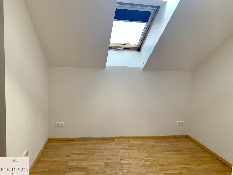 Schlafzimmer 1 mit kleiner begehbaren Garderobe
