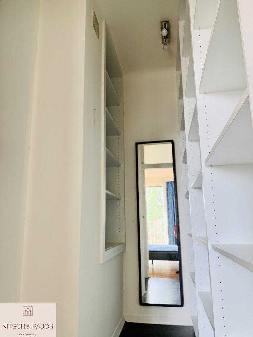 Begehbare Garderobe im Hauptschlafzimmer