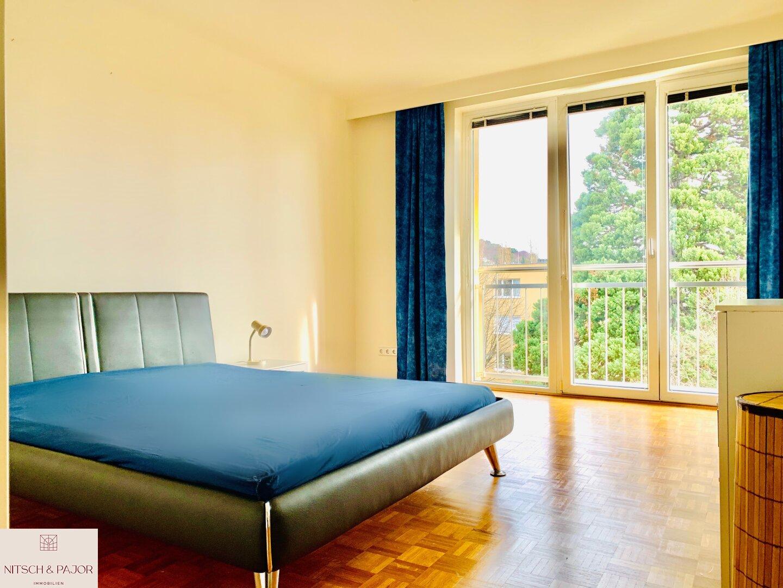 Schlafzimmer mit französischen Fenstern