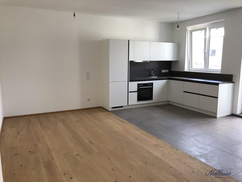 Wohnzimmer mit offener Küche - Zugang zu Balkon