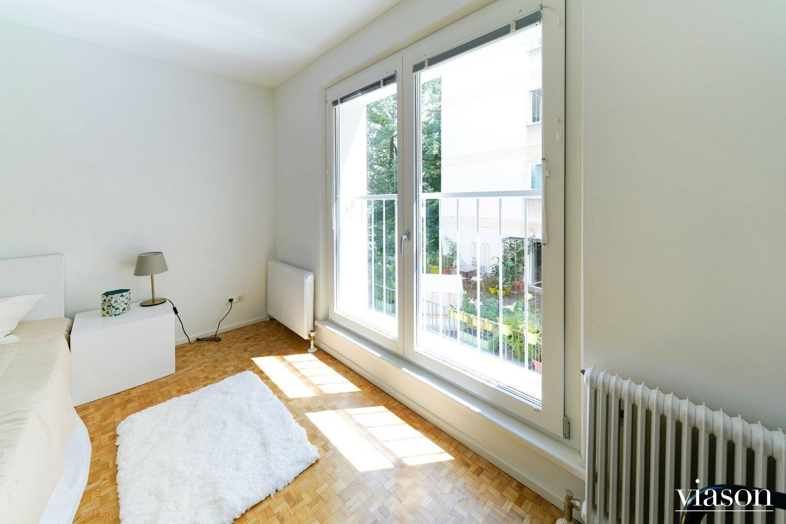 Blick Elternschalfzimmer in den Alois-Drasche-Park