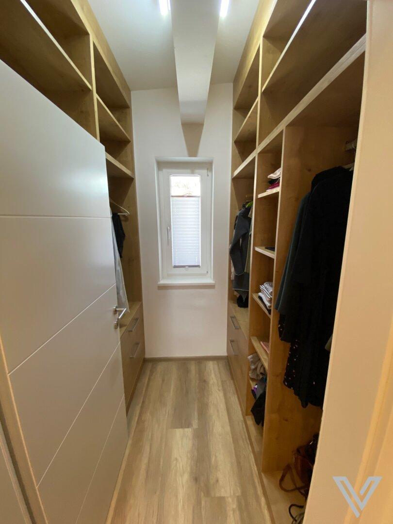 Schrankraum neben Schlafzimmer