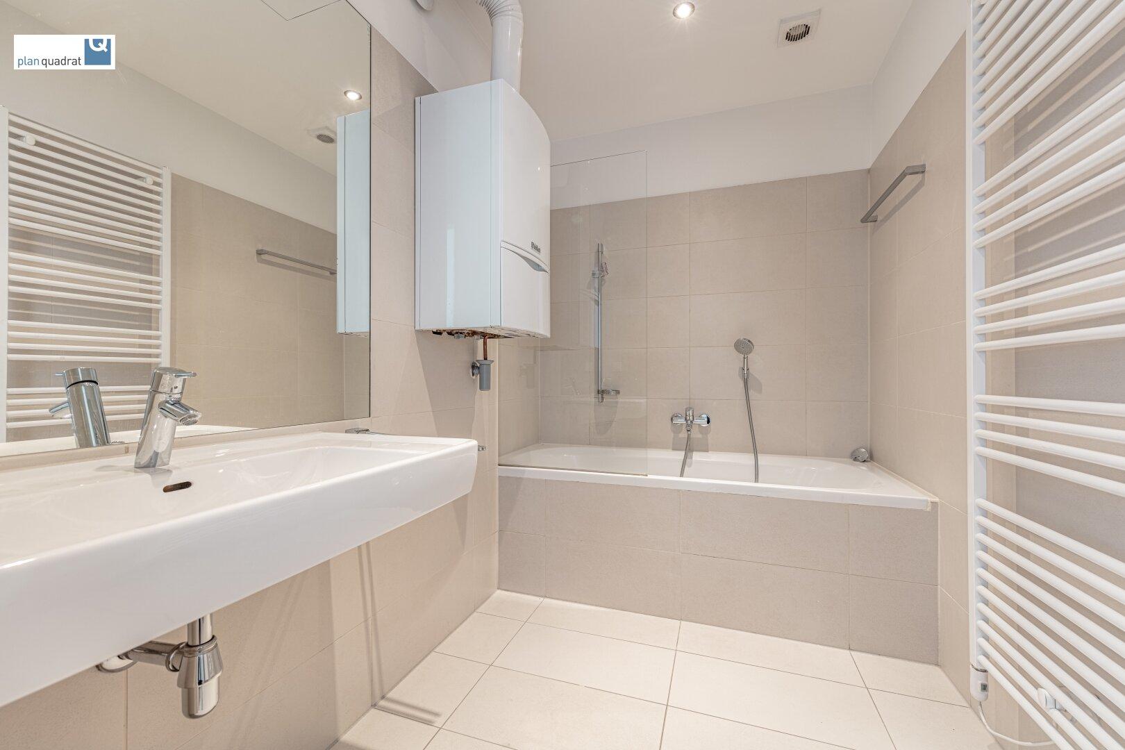 Badezimmer (ca. 4,70 m²) mit Waschbecken und Badewanne
