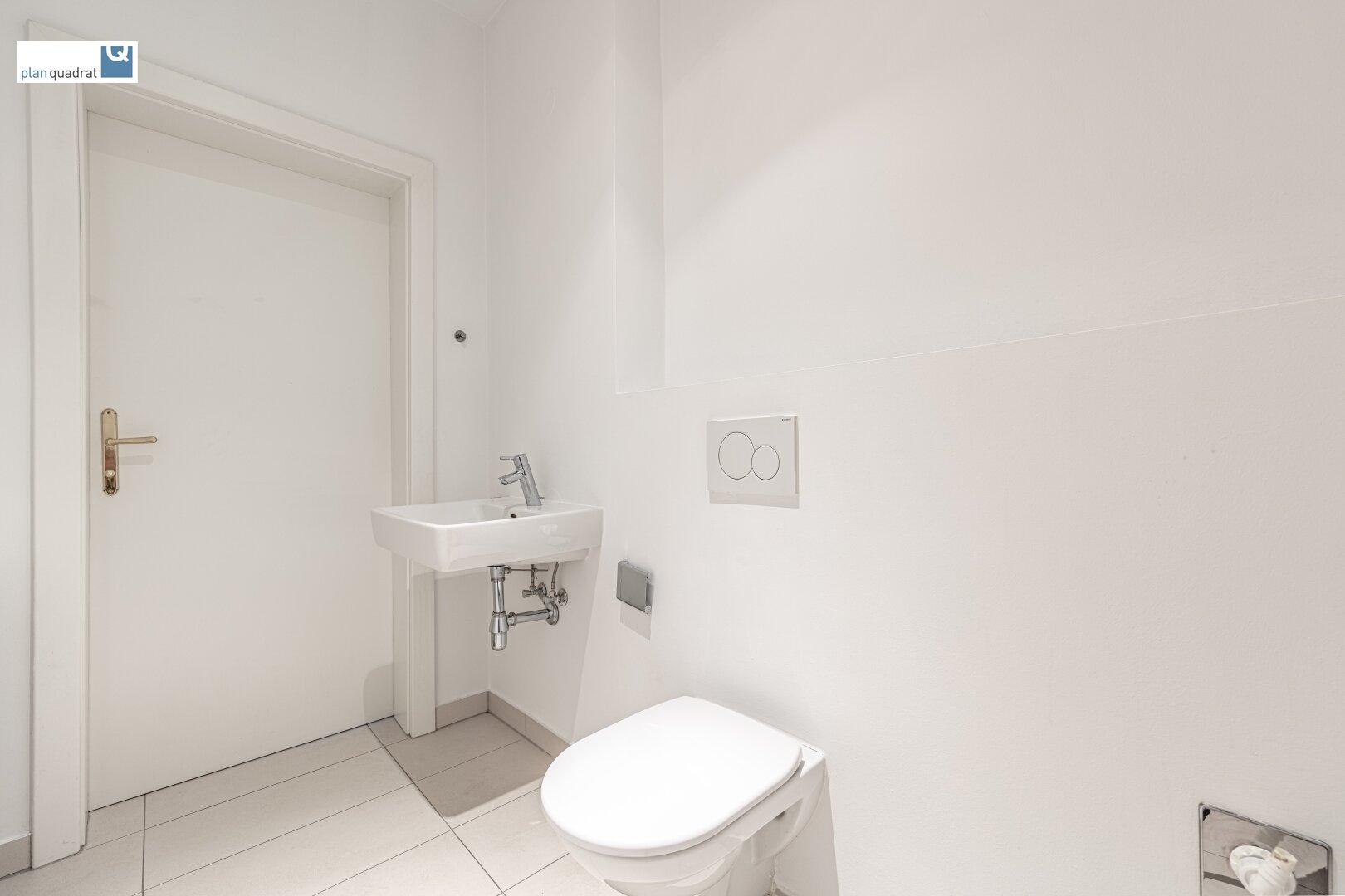 separate Toilette (mit Waschbecken & Wa-Ma-Anschluss)