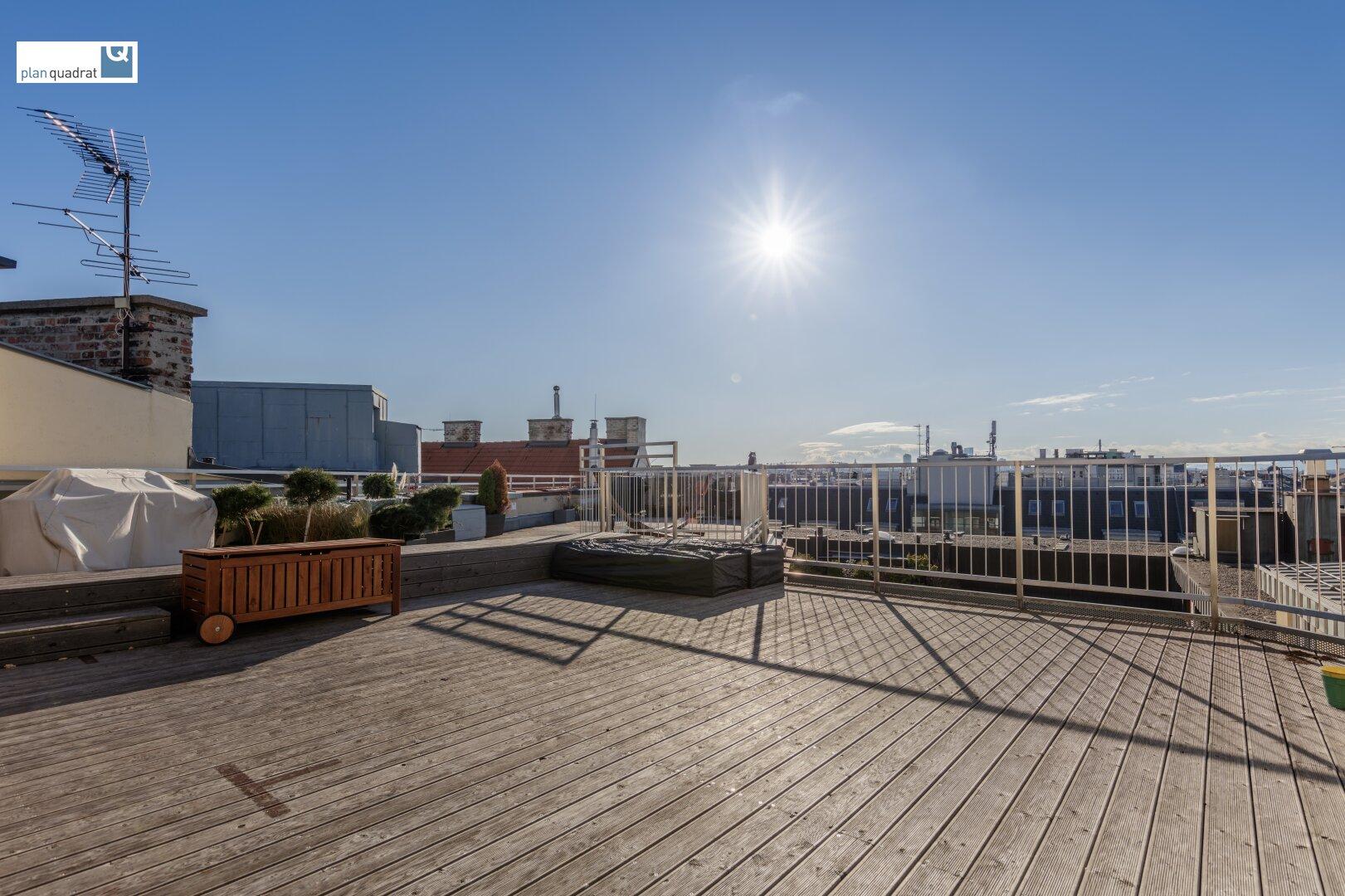 Blick von der Dachterrasse über Wien (15 qm Terrassenfläche sind der Wohnung zugewiesen)