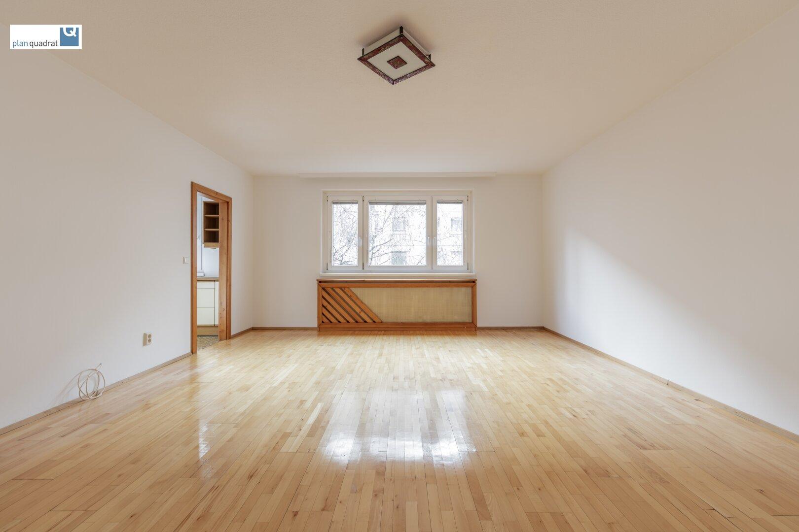 Wohn- / Esszimmer mit Zugang zu Küche