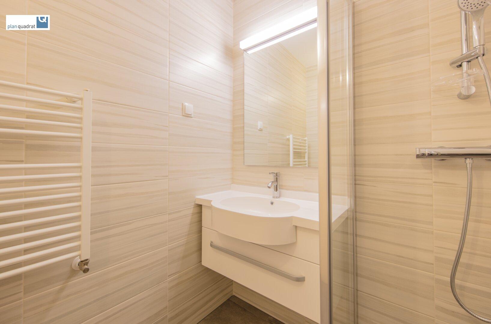 Badezimmer (mit Waschbecken, bodengleicher Dusche & Wa-Ma-Anschluss)