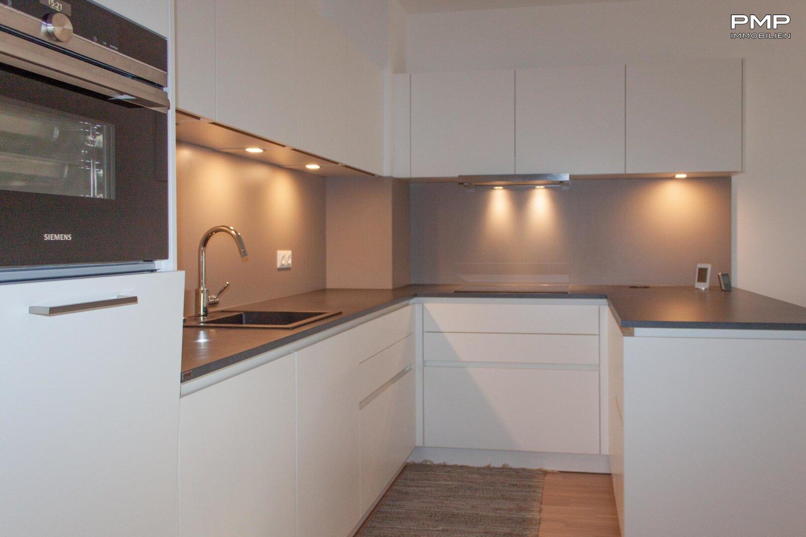 moderne Einbauküche mit hochwertigen Geräten