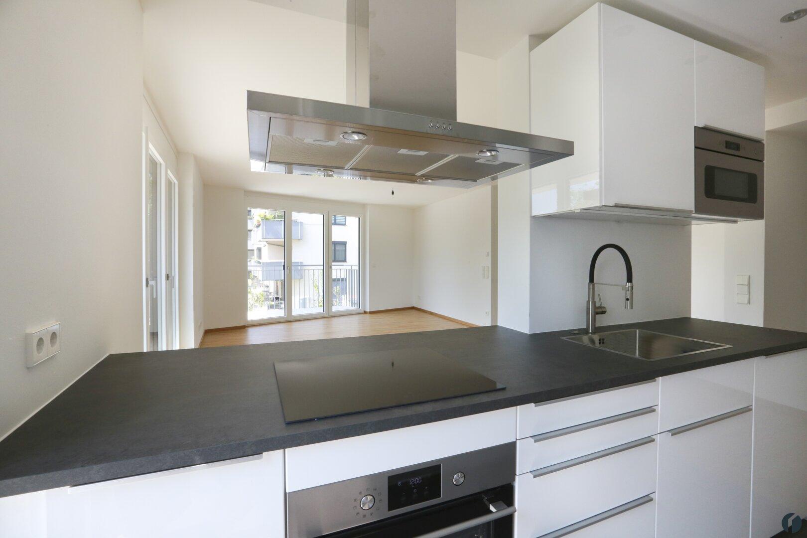 moderne Küche mit allen Geräten
