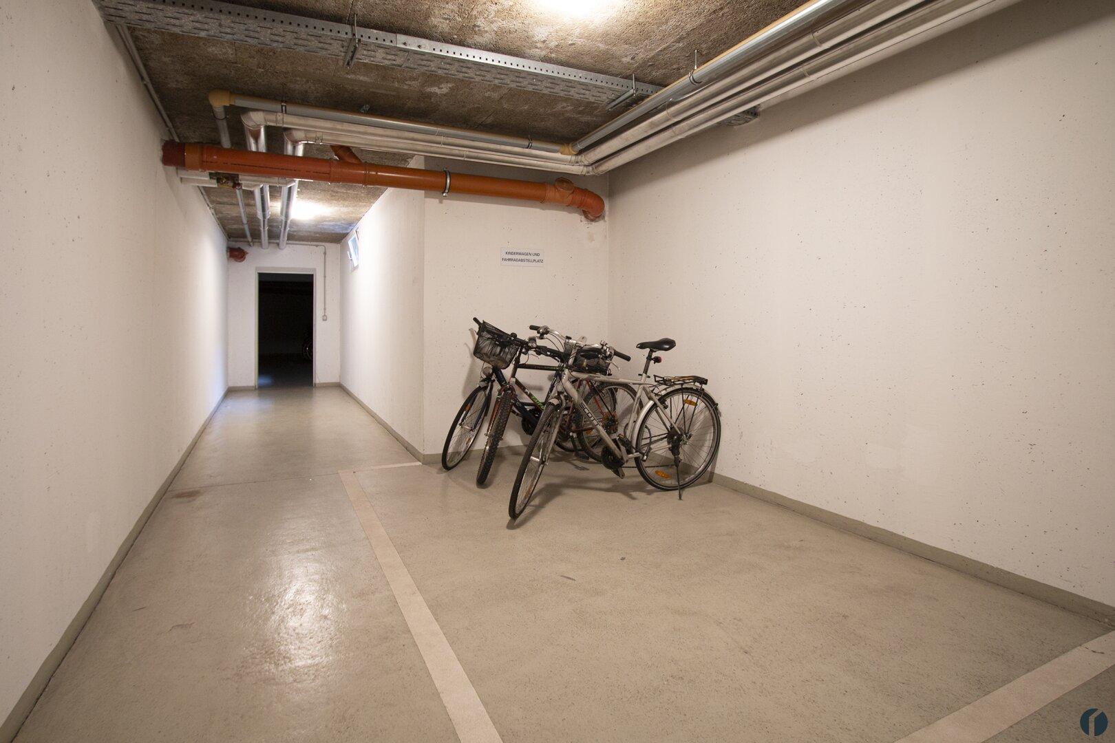 Fahrrad- und Kinderwagenraum