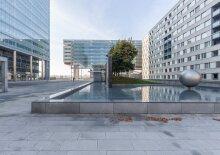 Arbeitsräume mit Ausblick in einem modernen Tower, Nähe Uno-City, U1
