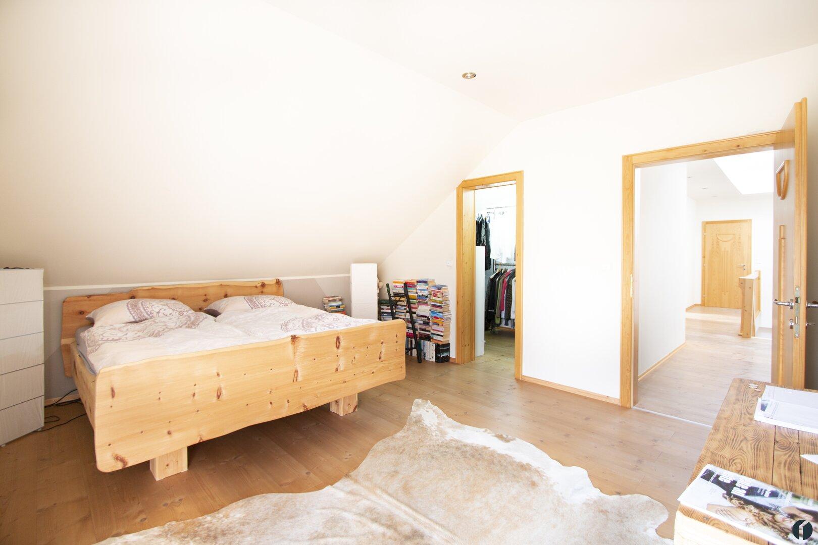 Schlafzimmer mit angeschlossenem Schrankraum
