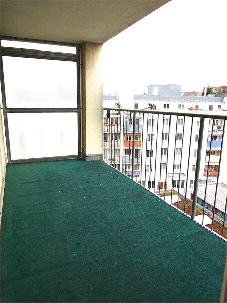 Loggiaweitblick:  2 Zimmer + Wohnküche, 6. Liftstock, Baujahr 1995, sonnig + ruhig, U3-Nähe! /  / 1030Wien / Bild 3