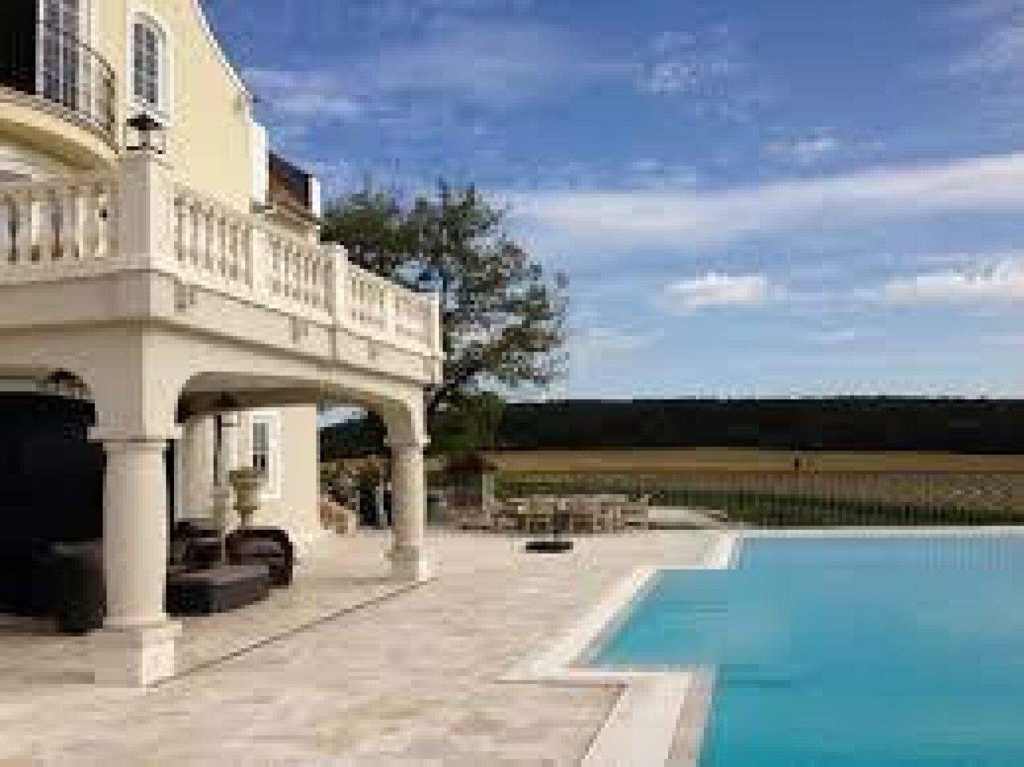 1200 m2 Terrasse mit Pool mit Aussicht