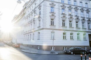 EXCLUSIVE!  Sonnige DG-Wohnung mit Terrasse
