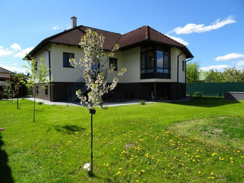 Top renovierter Bungalow mit großem Tiefparterre und sonnigem Garten!