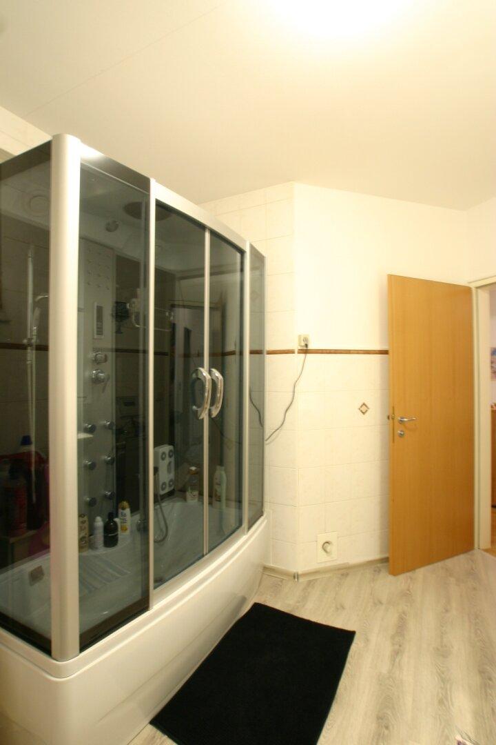 grosses Bad mit Dusche und Wanne