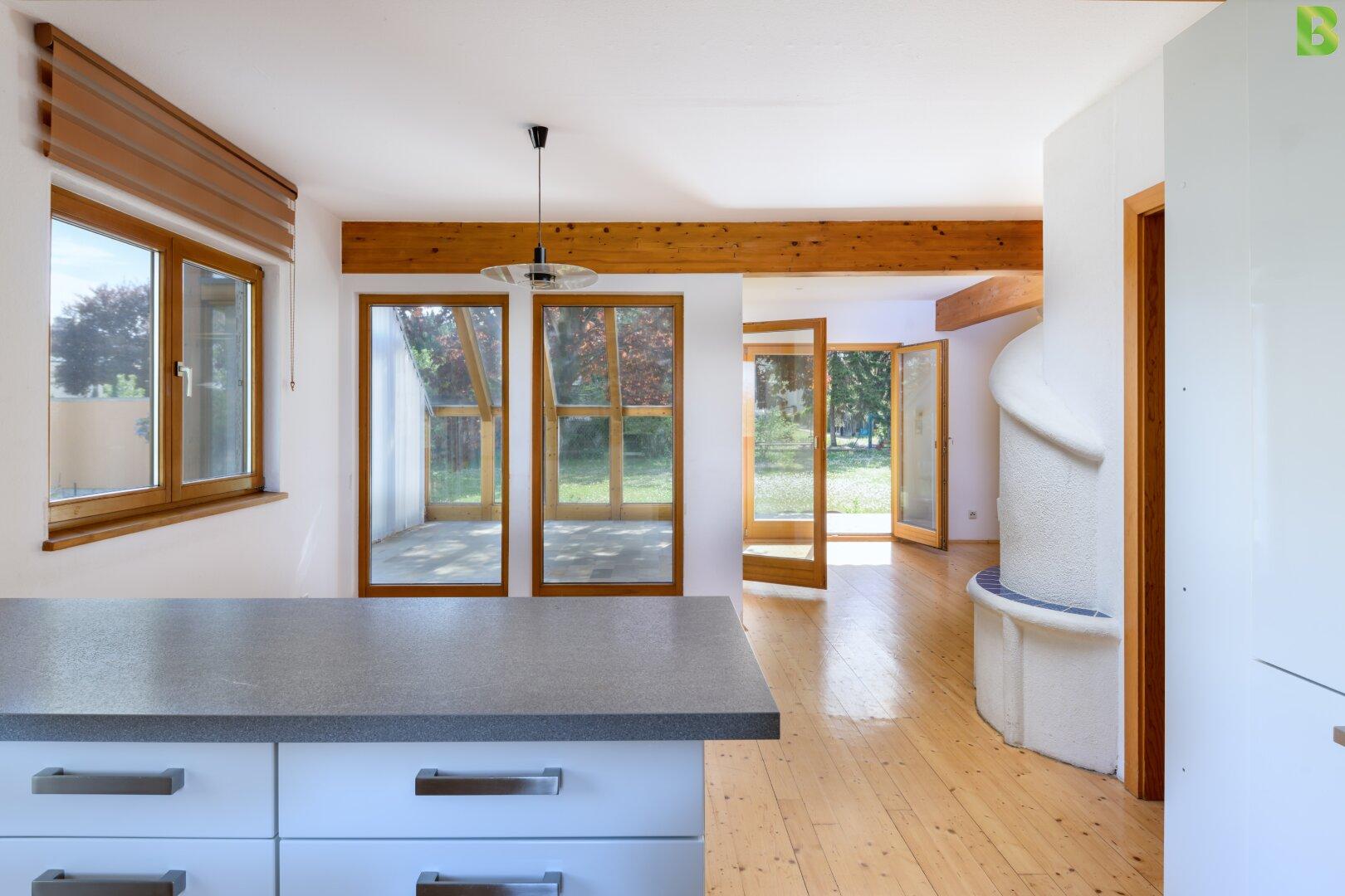 Küche mit Blick in den Wintergarten