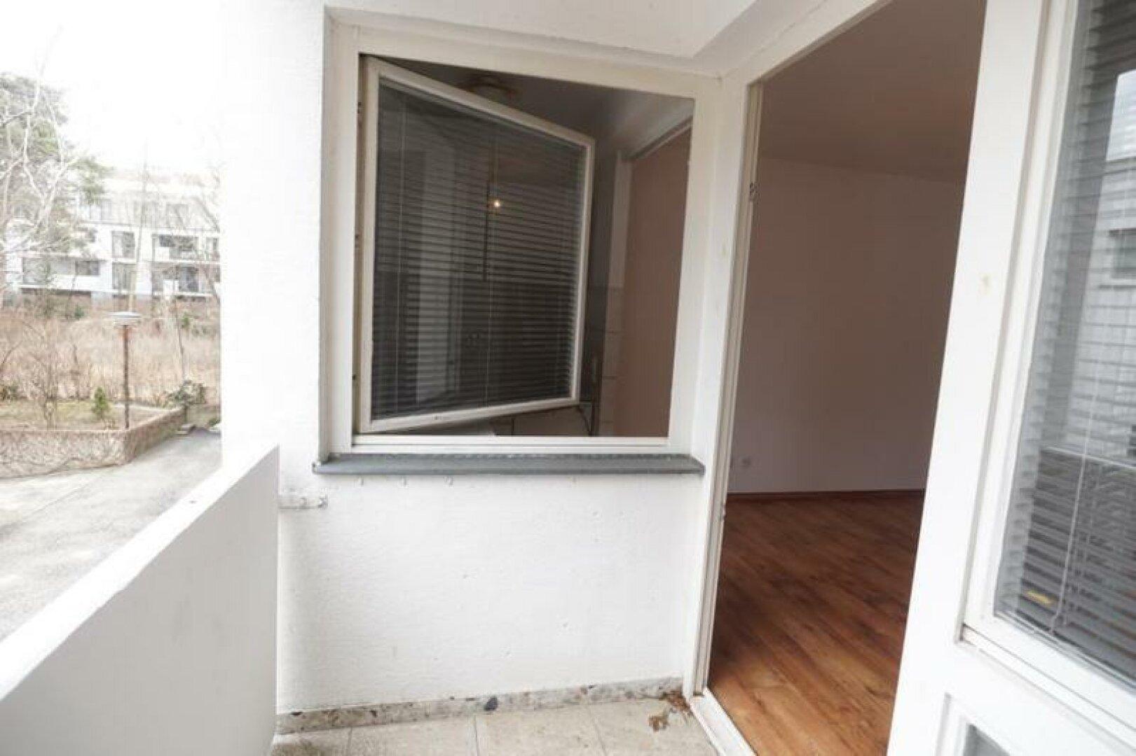mit Fenster von der Küche auf den Balkon