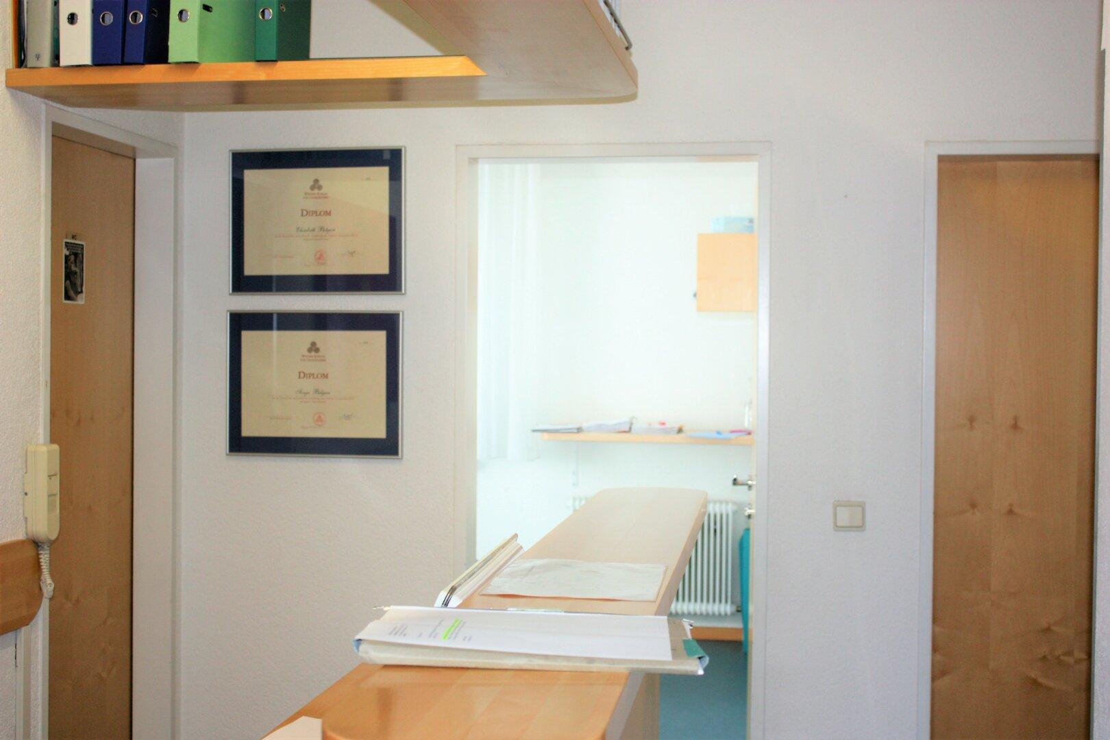 schöner Empfangsbereich, hochwertige Möbel